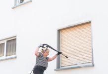 Vorsicht mit dem Hochdruckreiniger beim Reinigen der Fassade: Nicht alle Putze halten dem hohen Druck stand.