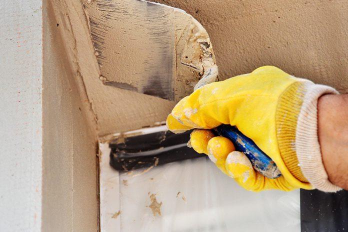 Spachteln von Ecken: Eckschutzleisten aus Metall verhindern ein Abbrechen der Spachtelmasse.