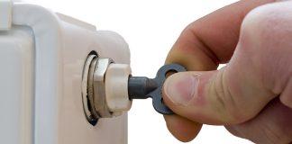 Luft im Heizungssystem verursacht nicht nur unangenehme Geräusche, sondern auch höhere Heizkosten. Daher sollten Sie regelmäßig die Heizkörper entlüften.