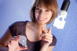 Verglichen mit Glühbirnen ist die Lichtausbeute bei Energiesparlampen wesentlich höher.
