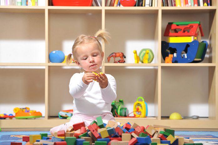 Achten Sie im Kinderzimmer unter anderem auf genügend Stauraum. So kann nach dem Spielen rasch wieder für Ordnung gesorgt werden.