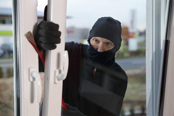 Vorsicht: Gekippte Fenster sind wie eine Einladung für Einbrecher. Ein Einbruchschutz für Fenster erhöht den Schutz ungemein.