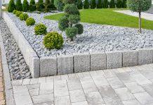 Bei Pflaster haben sie grundsätzlich die Auswahl zwischen Naturstein und Beton.