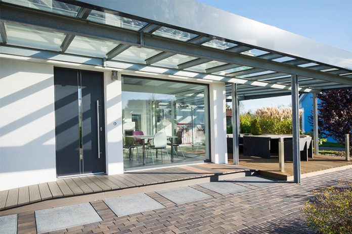 Die Terrassenüberdachung erfüllt nicht nur einen funktionellen Zweck. Sie kann auch optisch einiges hermachen.