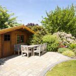 Fertigbausatz, Eigenbau oder doch lieber vom Fachmann? Diese Frage stellt sich, wenn ein Gartenhaus gebaut werden soll.