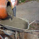 Das Einbetonieren von Pfosten ist kostengünstig uns sichert hohe Stabilität.