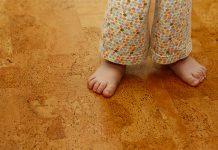 Wer gerne barfuß durch die Wohnung läuft, wird Bodenbelag aus Kork lieben. Doch Kork überzeugt mit zahlreichen Eigenschaften...