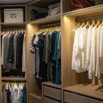 Ein begehbarer Kleiderschank bietet zahlreiche Vorteile. Bedenken Sie aber auch, dass Sie Ordnung halten müssen.