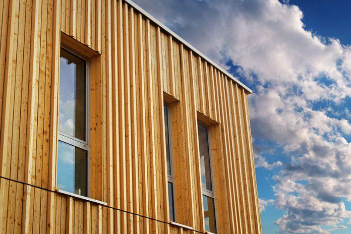 Besonders in Holzhäusern sollten Sie auf einen entsprechenden Schallschutz achten.