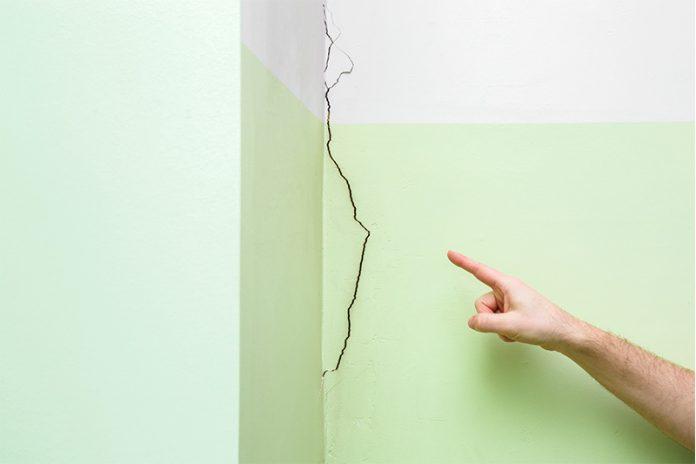 Setzungsrisse am Haus? Hier ist der Fachmann gefragt – sonst könnte ein größerer Schaden drohen.