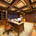 Nicht nur Möbel lassen sich aus dem edlen Holz fertigen: Auch andere Einrichtungsgegenstände und Instrumente gehören dazu.