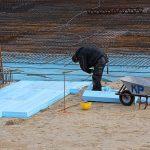 Die Dämmung wird beim Neubau an der Unterseite angebracht, beim Altbau jedoch an der Oberseite.