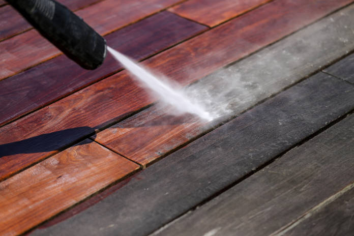 Terrasse reinigen, Holzdielen reinigen