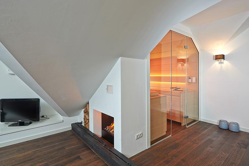 Verwinkelt oder schräg? Kein Problem. Für diese KLAFS-Sauna wurde der Platz so effizient wie möglich genutzt.