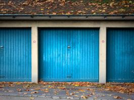 Garage mit Schwingtor