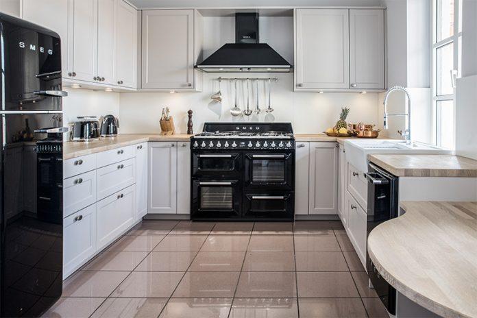Eine Küche im Landhausstil glänzt vor allem durch passende Geräte. Im Bild: Geräte im Retro-Stil von SMEG.