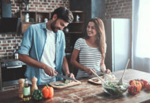Wohnküche, Mann und Frau kochen