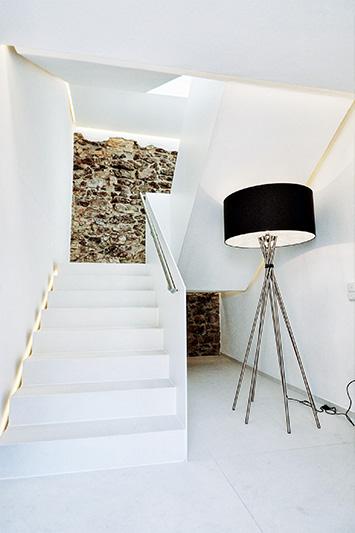 Eine Rigipsdecke mit der innovativen Gipsplatte Rigips 4PRO Die Weiße im Treppenhaus des Hotel Residenz Passau.